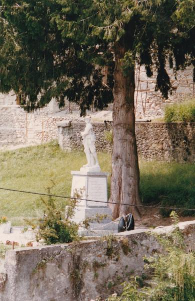 Monuments aux morts avec 2 cyprès